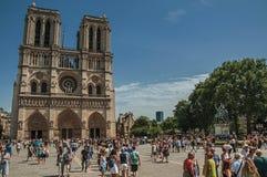 人们和哥特式巴黎圣母院在巴黎市中心 免版税库存图片