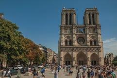 人们和哥特式巴黎圣母院在巴黎市中心 免版税图库摄影