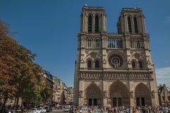 人们和哥特式巴黎圣母院在巴黎市中心 库存图片