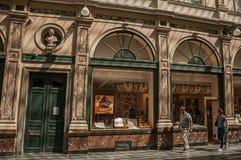 人们和商店Galeries的Royales圣于贝尔在布鲁塞尔 免版税库存照片