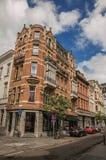 人们和大厦在安特卫普街道  免版税库存照片