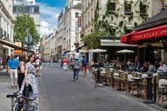 人们和室外咖啡馆在拉丁区在巴黎 图库摄影
