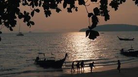 人们和小船在日落 影视素材