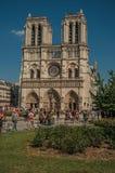 人们和庭院哥特式巴黎圣母院的在巴黎 免版税库存图片