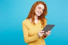 人们和技术概念-接近的画象年轻美丽的可爱的嫩姜redhair女孩愉快微笑  图库摄影