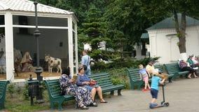 人们和游人在基辅Pechersk走拉夫拉的疆土在夏日 影视素材