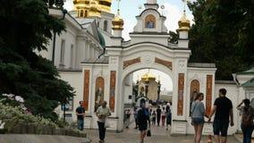 人们和游人在基辅Pechersk走拉夫拉的疆土在夏日 股票录像