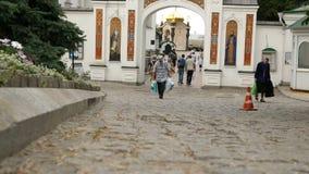 人们和游人在基辅Pechersk走拉夫拉的疆土在夏日 股票视频