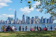 人们和游人有纽约地平线的 库存照片