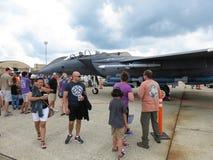 人们和灰色F15老鹰喷气式歼击机 免版税库存照片