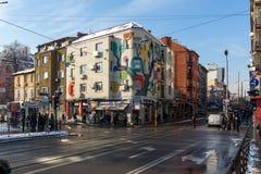 人们和电车在Ignatiev伯爵街道在索非亚,保加利亚 库存图片