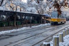 人们和电车在Ignatiev伯爵街道在索非亚,保加利亚 免版税库存图片