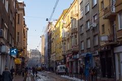 人们和电车在Ignatiev伯爵街道在索非亚,保加利亚 库存照片