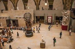 人们和艺术在Quai d `奥赛博物馆的主要大厅在巴黎 免版税库存照片