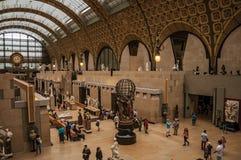 人们和艺术在Quai d `奥赛博物馆的主要大厅在巴黎 库存照片
