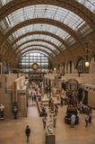 人们和艺术在Quai d `奥赛博物馆的主要大厅在巴黎 库存图片
