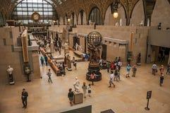 人们和艺术在Quai d `奥赛博物馆的主要大厅在巴黎 免版税图库摄影