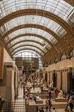 人们和艺术在Quai d `奥赛博物馆的主要大厅在巴黎 图库摄影