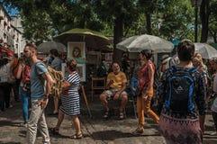 人们和艺术家蒙马特艺术市场的在巴黎 库存照片