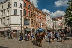 人们和运输车有马的在布鲁塞尔街道  免版税库存图片
