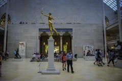 人们和雕塑在大都会艺术博物馆 免版税库存照片