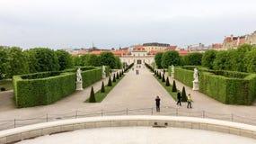 人们和雕象在公园 免版税库存照片