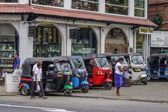 人们和tuk tuk出租汽车在街道上 免版税库存图片