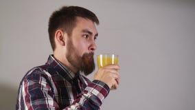 人们喝玻璃橙汁过去特写镜头和神色入与4K微笑的照相机 影视素材