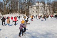 人们在一个公开溜冰场滑冰 图库摄影