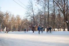 人们在一个巨大的自由滑冰场滑冰在Sokolniki公园 图库摄影