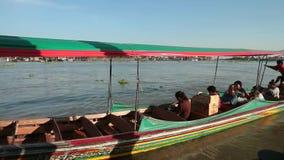 人们在一条长尾巴小船通勤 影视素材