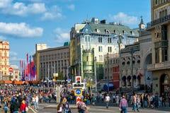 人们在中央莫斯科庆祝城市天 库存照片