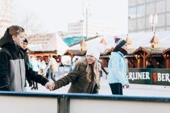 人们在亚历山大广场的一开放溜冰场乘坐在柏林 图库摄影