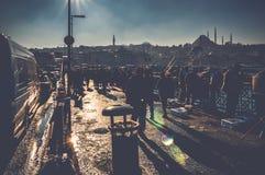 人们在伊斯坦布尔,土耳其现出轮廓走在加拉塔桥梁 库存图片