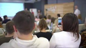 人们在会议或介绍,车间,主要类照片,图片小配件做智能手机和片剂 股票录像