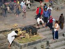 人们在传统火葬仪式参与在巴格马蒂河银行的Pashupatinath寺庙在加德满都,尼泊尔 免版税库存照片