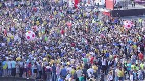 人们在使用与气球球的正方形拥挤(橄榄球,足球迷) 股票视频