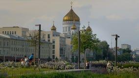 人们在公园和乘驾自行车走 救世主大教堂 股票录像
