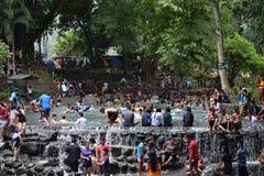 人们在冷和干净的落矶山脉泉水河沐浴在热的夏天 免版税库存图片
