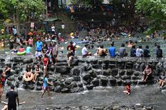 人们在冷和干净的落矶山脉泉水河沐浴在热的夏天 免版税图库摄影