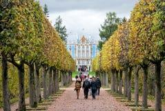 人们在凯瑟琳公园 Tsarskoye Selo 圣彼德堡 俄国 免版税图库摄影
