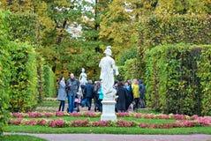 人们在凯瑟琳公园 Tsarskoye Selo 圣彼德堡 俄国 库存照片