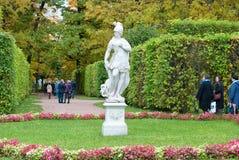 人们在凯瑟琳公园 Tsarskoye Selo 圣彼德堡 俄国 免版税库存图片