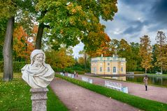 人们在凯瑟琳公园 Tsarskoye Selo 圣彼德堡 俄国 库存图片