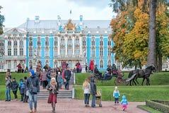 人们在凯瑟琳公园 Tsarskoye Selo 圣彼德堡 免版税库存图片
