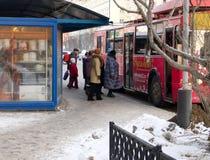 人们在列宁街道进入一辆电车 库存照片
