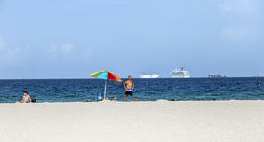 人们在南海滩的海边 库存图片