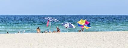 人们在南海滩的海边 免版税库存图片