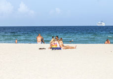 人们在南海滩的海边 图库摄影