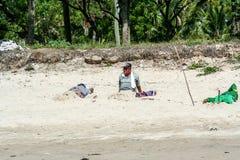 人们在印度尼西亚 放松在海滩的人 巴厘岛的种族人 库存照片